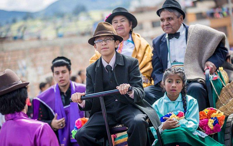 Carnaval de blancos y negros desfile familia castañeda